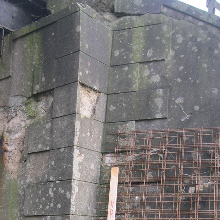 Vorher – Betonausbrüche an schadhafter Stelle. Bei Korrosion der Eisen müssen diese fachgerecht freigelegt und gereinigt werden.